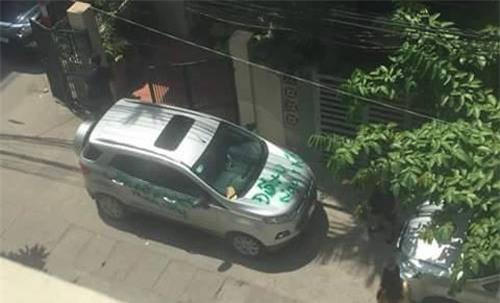 Ô tô đỗ chắn lối cửa nhà và hành động dán BVS, sơn đầy lên xe gây tranh cãi - Ảnh 4.